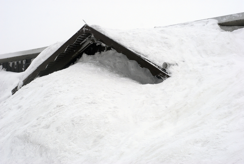 Alert warning signs before a snow load roof collapse for Snow loads on roofs